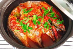 Braised round scad with tomato